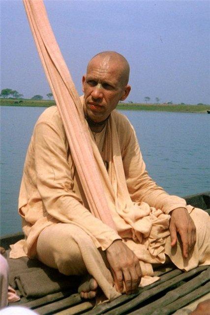 hh-bhakti-vaibhava-swami-mother-gang